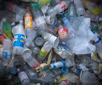 Basura inorgánica, botellas de plástico vacías
