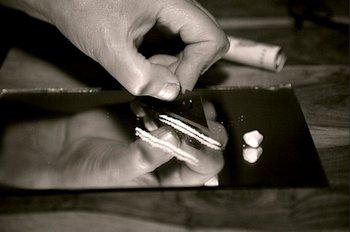 Cortando cocaína