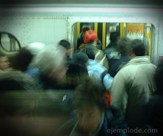 Hacer fila en el metro, ejemplo de norma social.