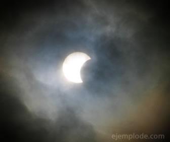 El eclipse es un fenómeno natural que se puede predecir.
