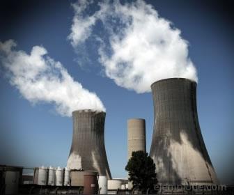 Planta nuclear generando energía.