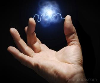 La carga electrica es producida por particulas subatomicas