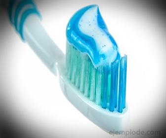 Fluoruro de Sodio se aplica en Dentifricos