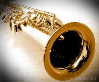 Saxofón, instrumento de viento de metal.