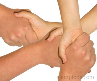 Estrechando manos en forma de solidaridad